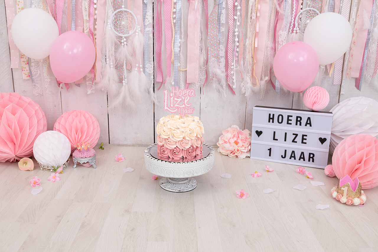 Fotografie Ine cakesmash roze – lief met stoffen slingers versiering Lize cakesmash topper