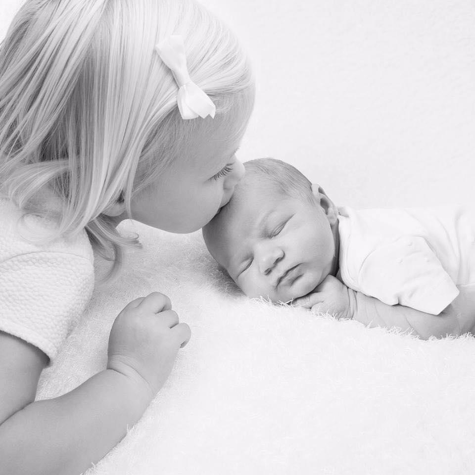 Newborn met zusje – fotografie Ine