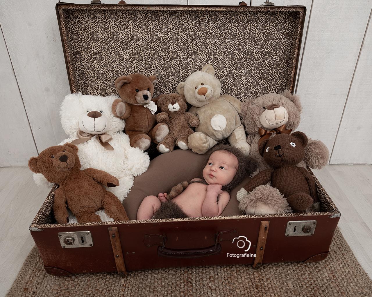 Fotografie-Ine 233A2028 newborn baby beren koffer berenmutsje newborn