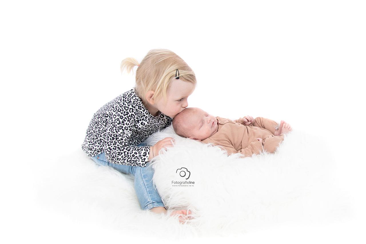 Fotografie Ine newborn foto met grot zus