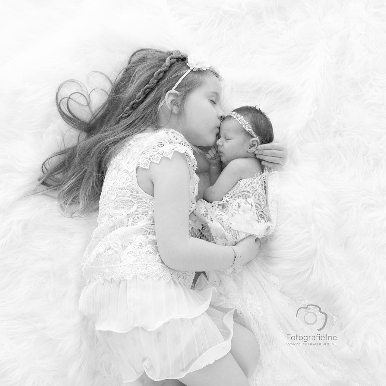 Fotografie Ine newborn foto met grote zus Daantje