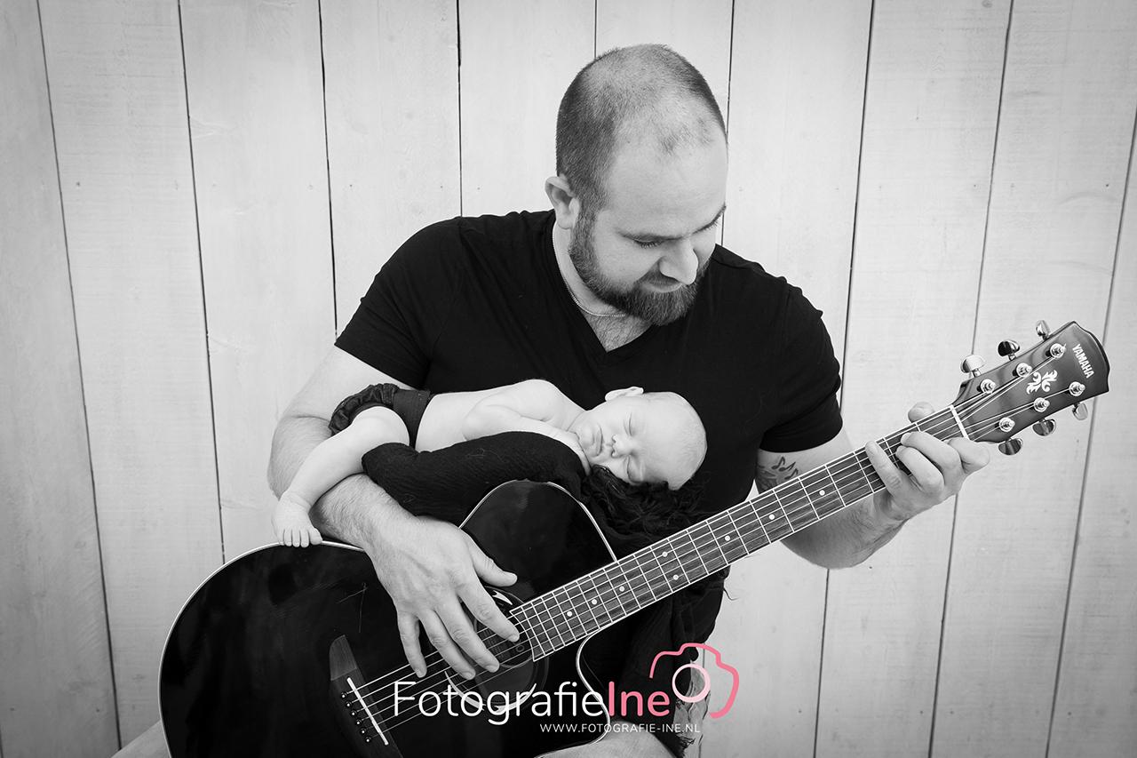 Fotografie Ine newborn op gitaar gitarist
