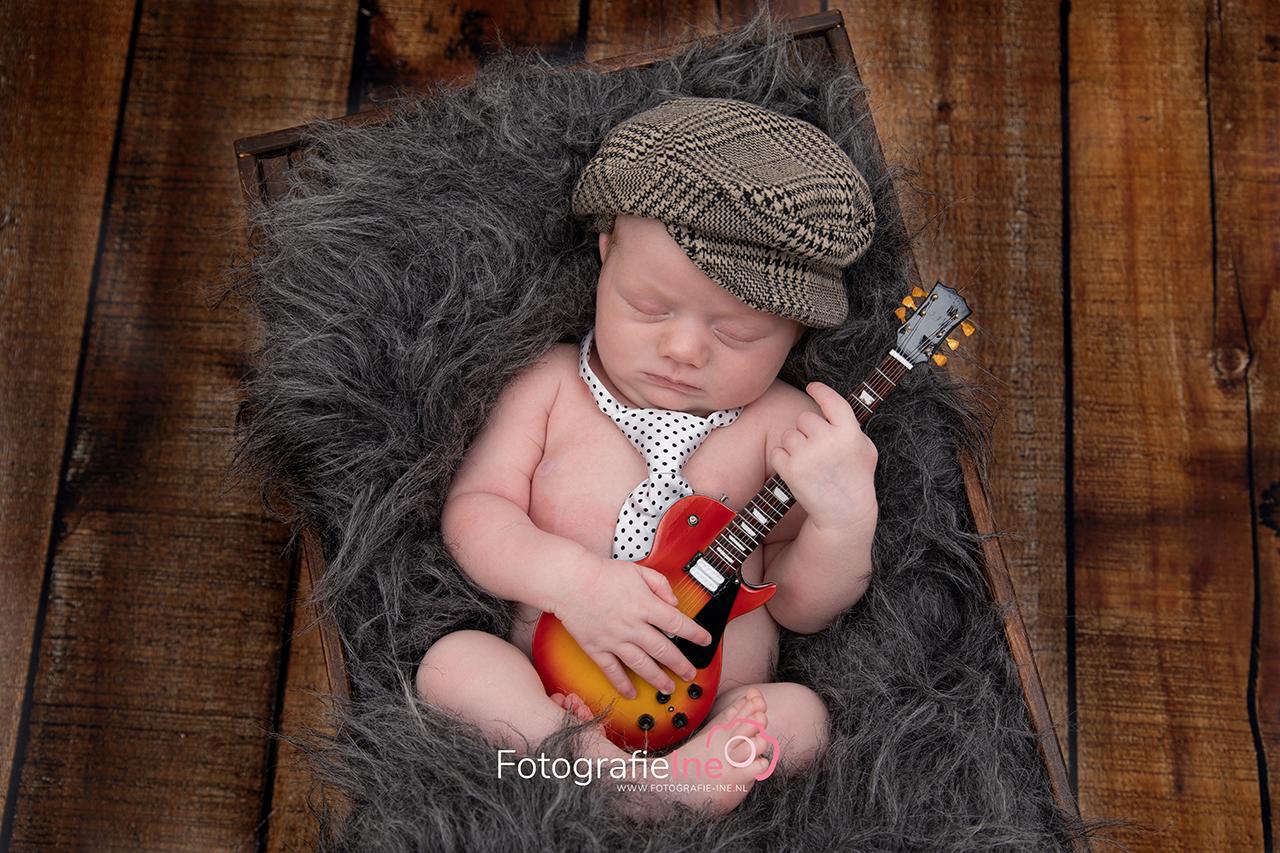 Fotografie Ine newborn shoot baby gitaar