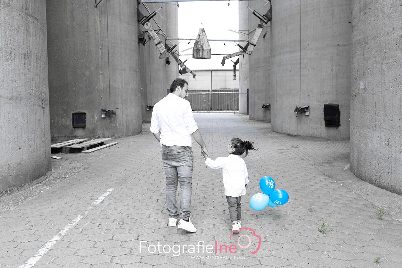 Fotografie Ine zwangerschapshoot met papa en ballonnen